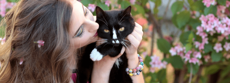 petsitter-qui-fait-un-calin-a-un-chat